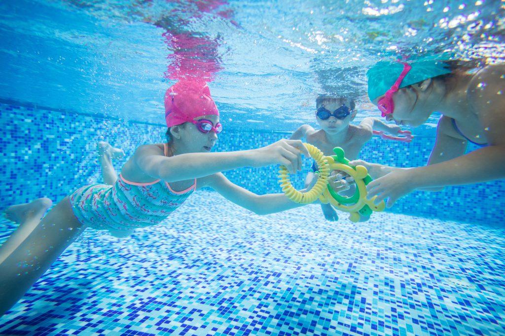Gyerekek úsznak a vízben